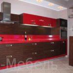 Красная кухня с фасадами под дерева