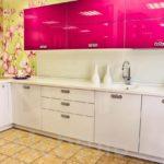 Малиново белая кухня