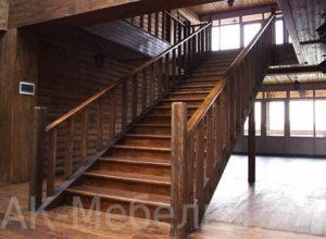 Широкая деревянная лестница