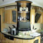 Радиусная угловая кухня с крашенными фасадами