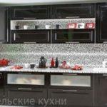 Черная кухня с фасадами глянец