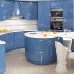 Большая полукруглая кухня с голубыми фасадами