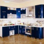 Дизайн угловой кухни синего цвета