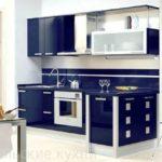 Бело-синяя кухня с барной стойкой