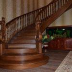 Полукруглая лестница из массива дуба