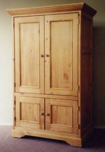 Шкаф двухдверный из дерева, для одежды