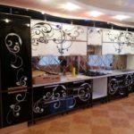 Белые кухни с рисунком