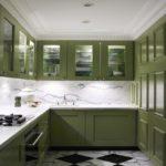 Зеленые кухни с крашенными фасадами под эмаль