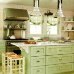 Зеленые кухни с островом