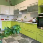 Бежево-зеленые кухни
