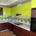 Зеленые кухни с деревом