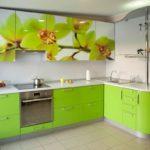 Зеленые кухни с рисунком на фасаде