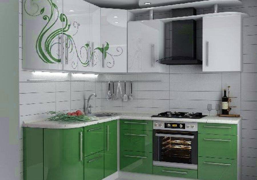 Угловая бело-зеленая кухня с рисунком