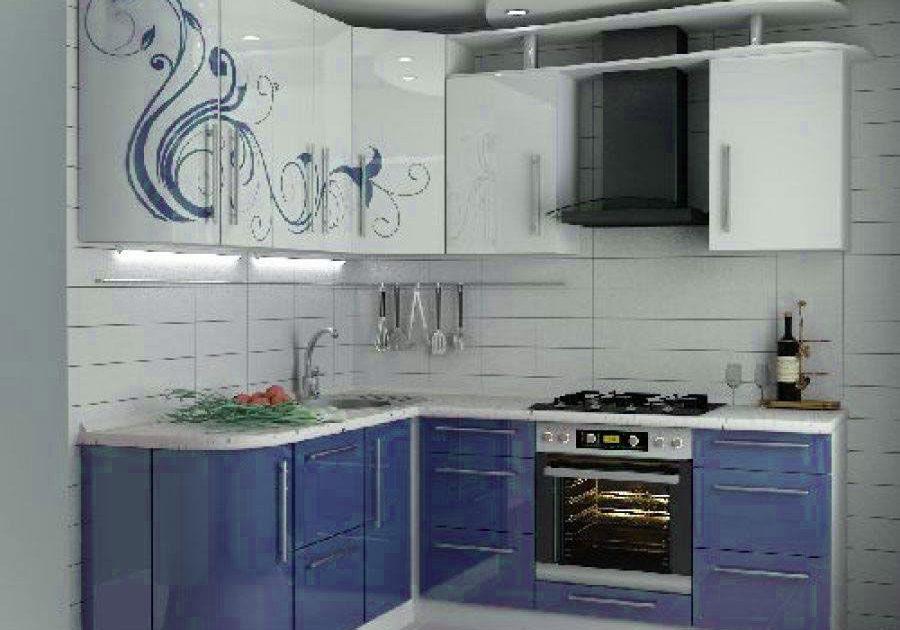 Бело-синяя кухня с рисунком, угловая