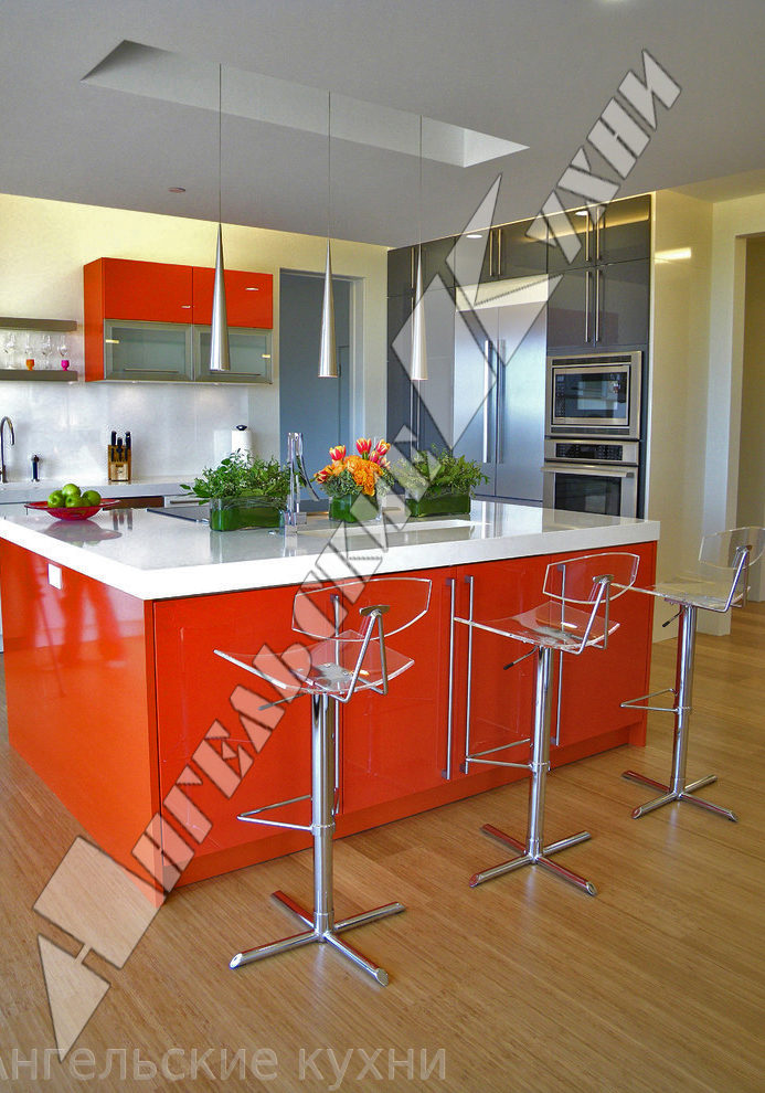 Красная кухня морковного цвета с островом