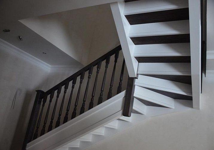 Вид снизу, вариант лестницы из массива дерева дуб