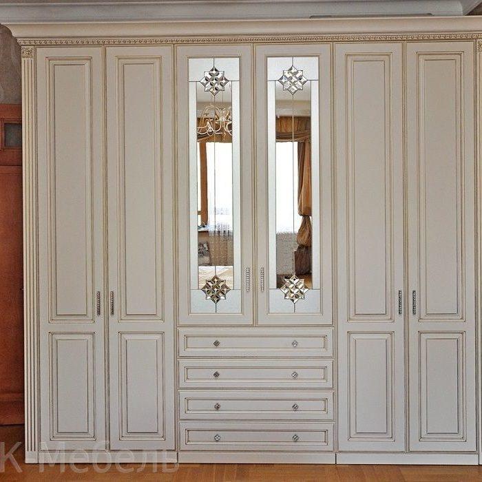 Крашенные шкафы для одежды. резьба, патина, декоративные элементы