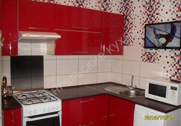 Недорогая красная кухня