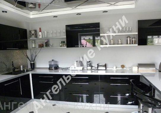 Дизайн черно-белой п-образной кухни глянец