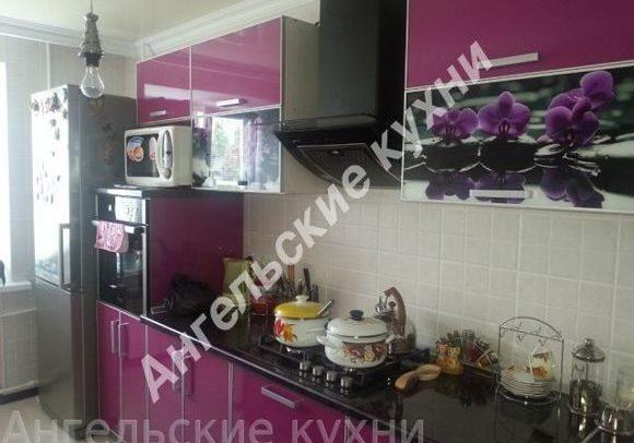Малиновая угловая кухня с рисунком