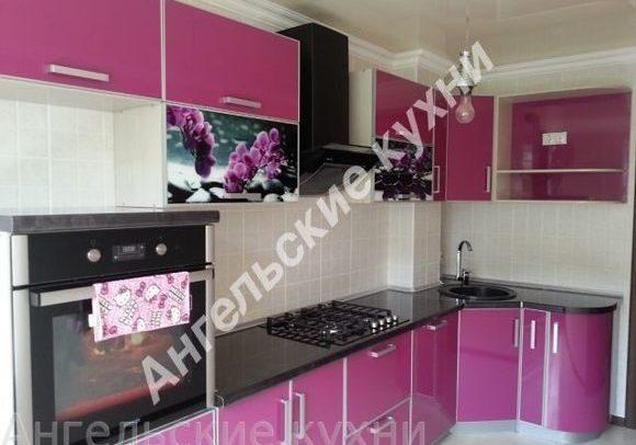 Фото малиновой кухни. Угловая с радиусными фасадами и черной столешницей