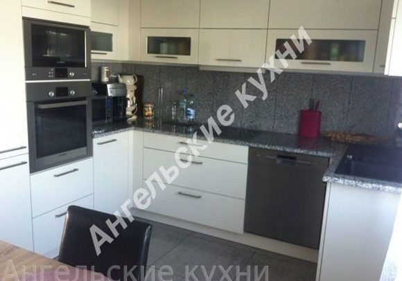 Белая кухня с черной столешницей, п-образная, МДФ пленка