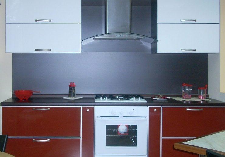 Кухня красный низ с пластиковыми фасадами