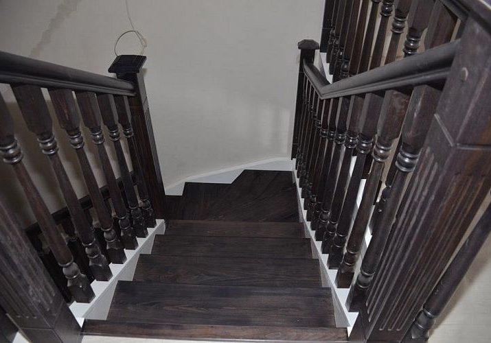 Последний марш второго этажа лестницы из дуба