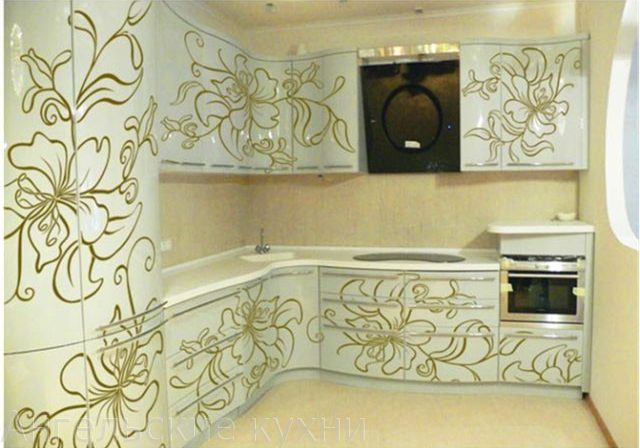 Белая кухня с золотистым рисунком