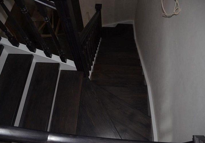 Поворотные ступени для лестницы из массива дуба, тонировка венге