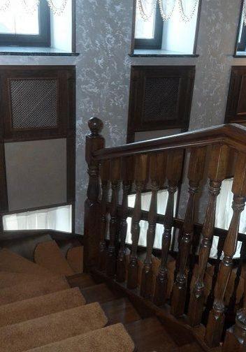 Вид со второго этажа на лестницу из дуба