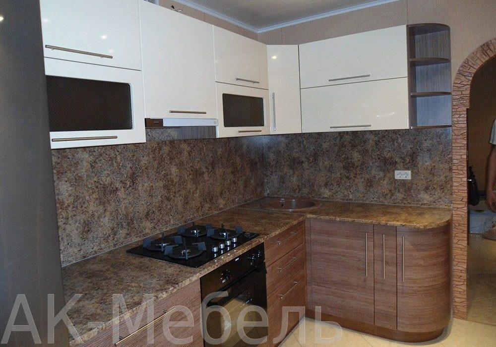 Угловая кухня, белый верх, низ под дерево