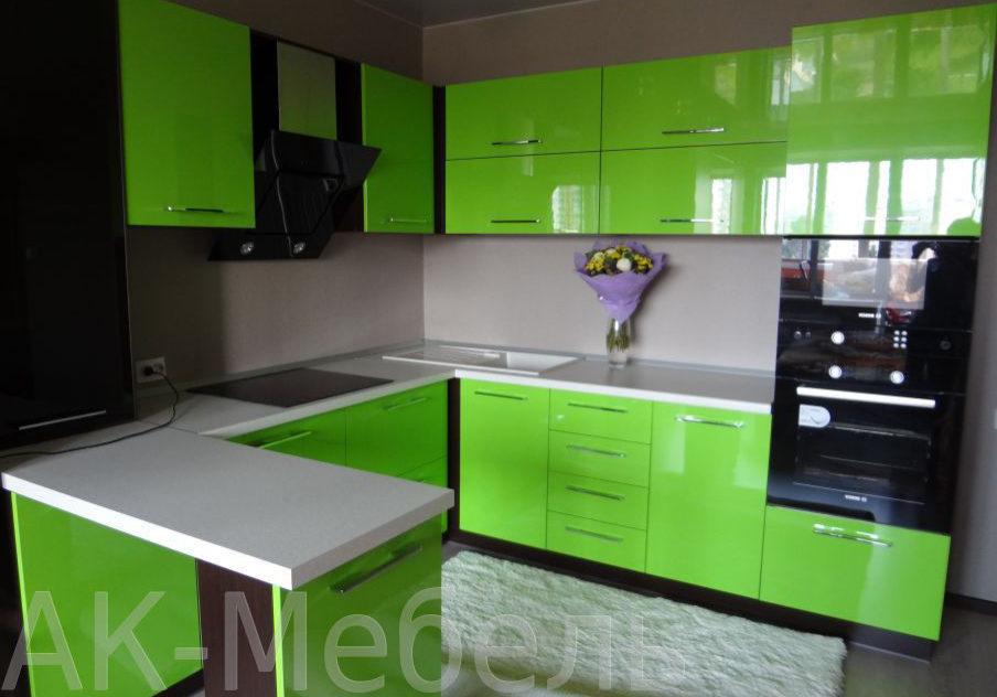 Зеленая глянцевая кухня с барной стойкой