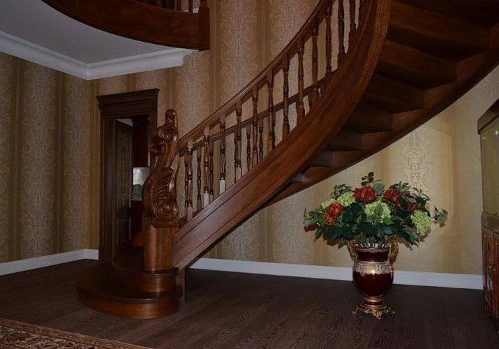 Вид снизу, полукруглая лестница