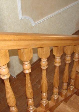 Перила деревянной лестницы сделанные по проекту