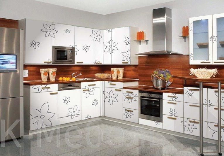 Кухня с недорогим рисунком на фасаде