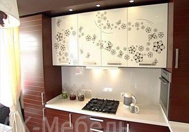 Бело-коричневая кухня с рисунком, прямая