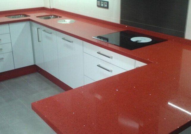 Красная кухонная столешница из искусственного камня