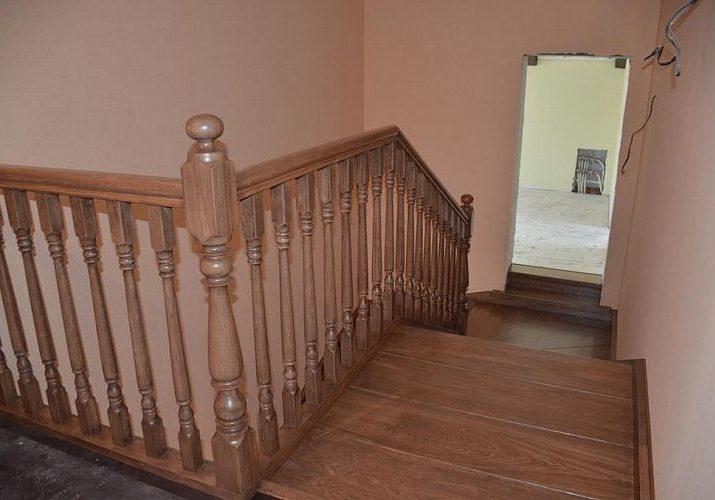 Ограждение второго этажа деревянной лестницы из дуба