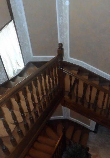 Большая лестница из дуба на тетиве