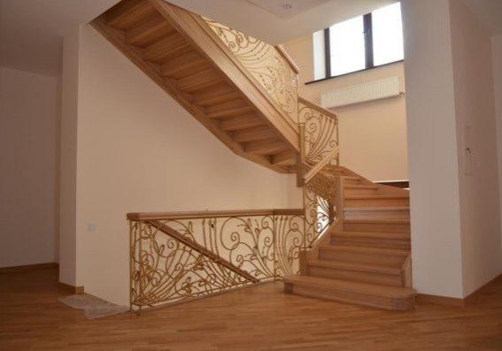Дубовая лестница с кованными перилами