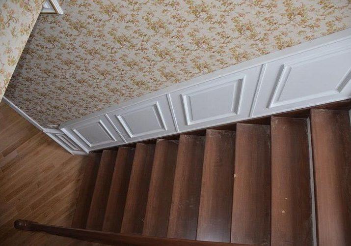 Марш деревянной лестницы со стеновыми панелями