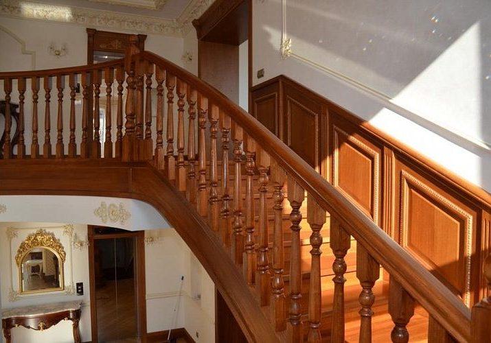 Перила, балясины лестницы и облицовка марша дубом