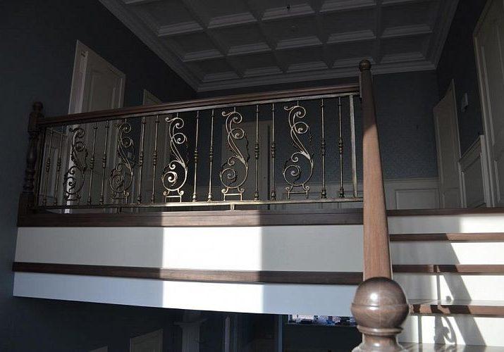 Ограждение второго этажа для лестницы из дерева ясень