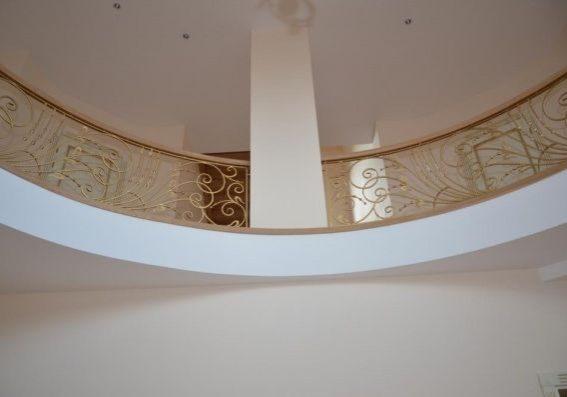 Полукруглое кованное ограждение для второго этажа деревянной лестницы
