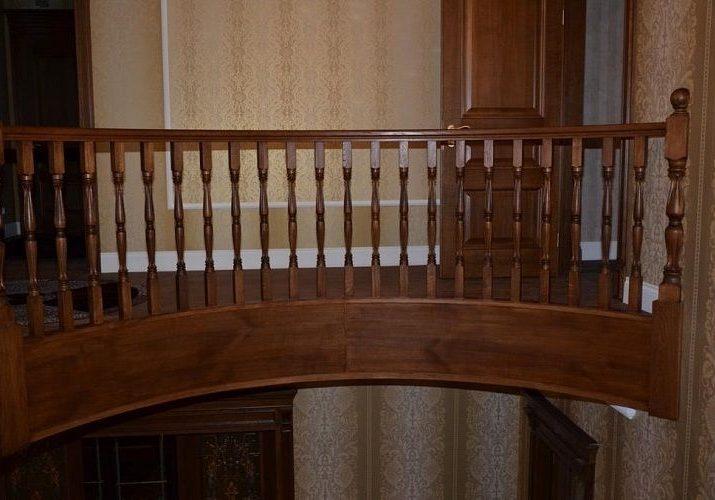 Ограждение второго этажа полукруглой лестницы