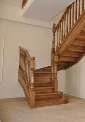 Прямая лестница из массива дуба