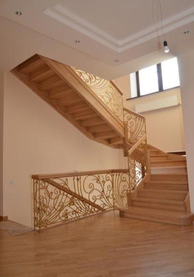 Деревянная лестница, натуральный дуб и кованные перила