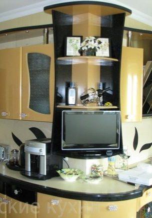 Гнутая радиусная кухня с крашенными фасадами