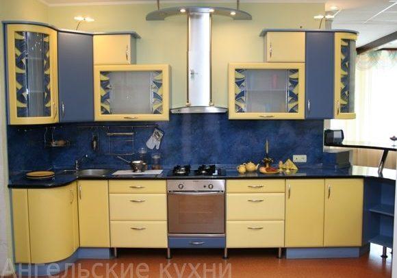 Сине-бежевая угловая кухня с фасадами МДФ